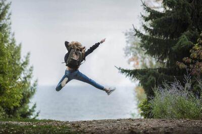 Flicka som hoppar